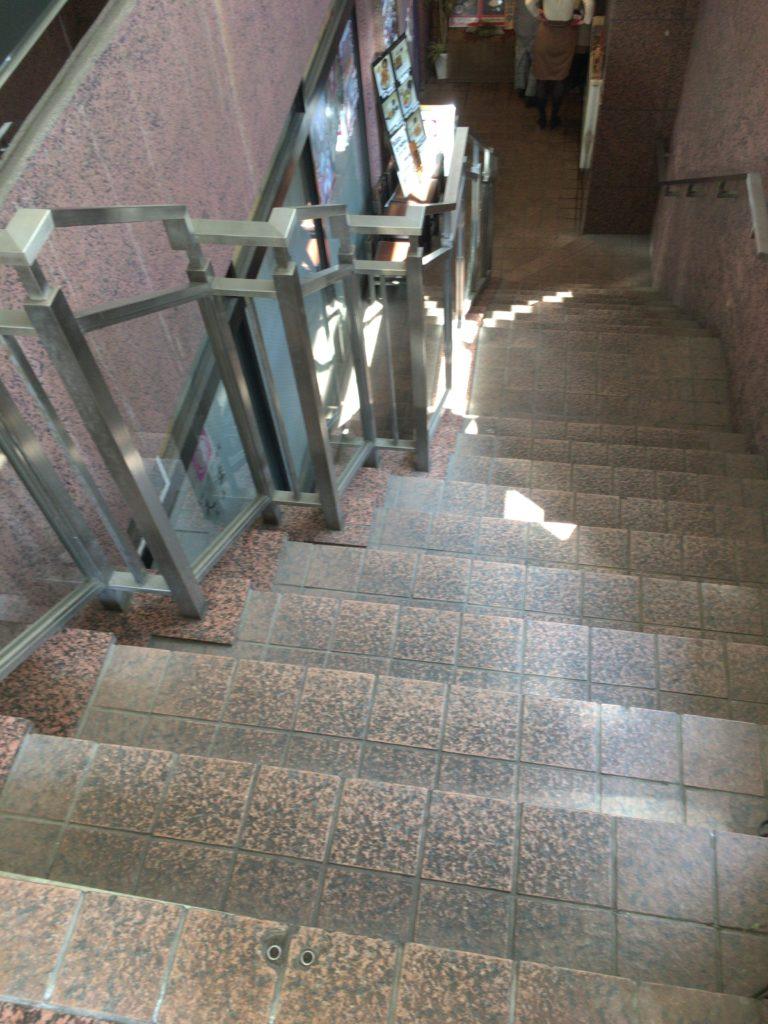 にじゅうまるまでの階段の写真